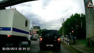 Полиция на встречке перед ж/д переездом (Стерлитамак, ул. Профсоюзная; 30.05.2013)