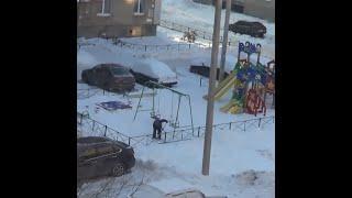 Ребенок чистит снег на детской площадке | Ufa1.RU