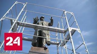 Власти Праги накрыли брезентом оскверненный памятник маршалу Коневу - Россия 24
