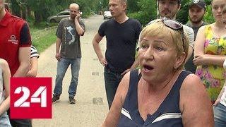 В Солнцеве жители не могут проехать к домам из-за парковки на пути к пруду - Россия 24
