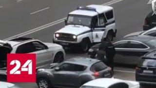 Пьяный мужчина набросился на попросившего у него документы полицейского - Россия 24