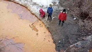 Жителей Сибая напугала красная река