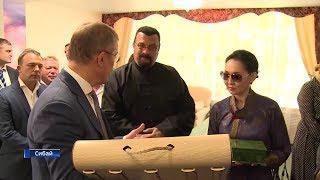 Радий Хабиров подарил Стивену Сигалу бортевой мёд и традиционную башкирскую шапку