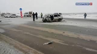 На трассе в Башкирии легковушка влетела под фуру – пассажир погиб на месте