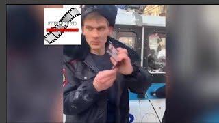 В Сети обсуждают видео с пьяным мужчиной в форме полицейского, избившим инвалида с собакой