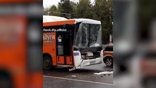 Пассажирский автобус врезался в водовоз на проспекте Октября в Уфе