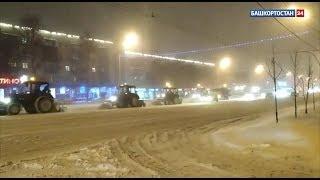 С последствиями снегопада в Уфе ночью боролись с помощью 270 единиц техники