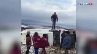 Видео: на трассе в Башкирии машина скорой помощи вылетела в кювет и перевернулась