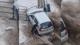 Пьяная женщина за рулем иномарки протаранила детскую площадку в Уфе