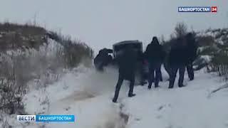 Находящиеся в командировке уфимские спасатели вытащили из оврага женщин с детьми - видео