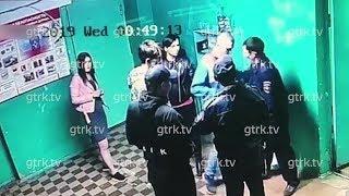 В Уфе потасовка дебошира с двумя полицейскими в подъезде попала на видео