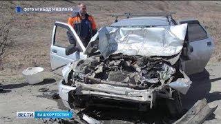 В высаживающий пассажиров автобус в Башкирии врезалась машина: есть погибшие