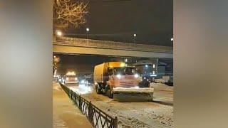 В Уфе объявлен режим ЧС из-за мощных снегопадов.