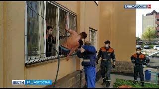 Проиграл в карты на желание: уфимец застрял в балконной решетке