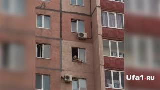 Девушка едва не выпала из окна