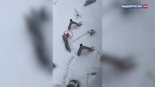 «Человек растет!»: в Башкирии сняли на видео дошколенка, убирающего снег на игровой площадке