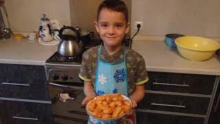 Арслан готовит баурсак.