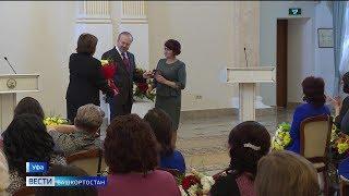 Медаль «Материнская слава» в Уфе вручили 50 многодетным матерям