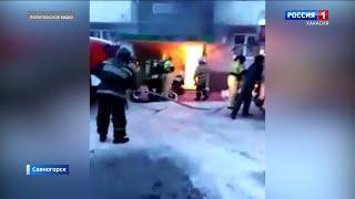 В подъезде многоэтажного дома в Саяногорске произошел пожар. Видео очевидца