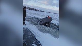 Машина провалилась под лёд