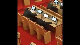 Башкирские депутаты успевают в телефоне посидеть и за друга проголосовать | Ufa1.RU