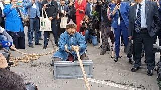 В Уфе самый сильный человек России Эльбрус Нигматуллин протащил 16-тонный мусоровоз